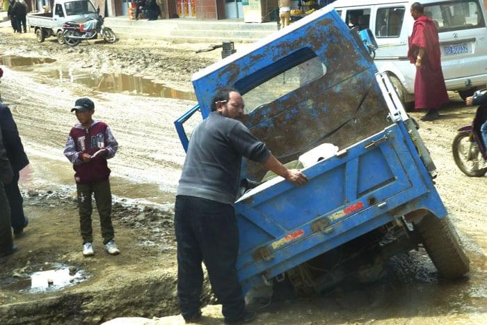 Un camión queda atrapado en un agujero gigante debido a las nefastas condiciones por el fango