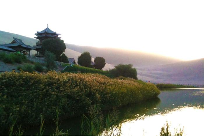 El Lago Creciente y Mingsha Shan