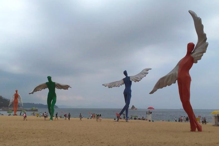 Esculturas de ángeles en la playa de Dameisha