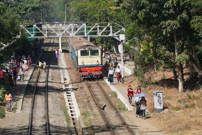 Un tren en Yangon