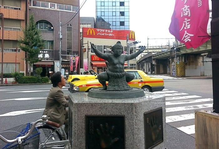 La estatua a la disciplina del sumo en Ryogoku