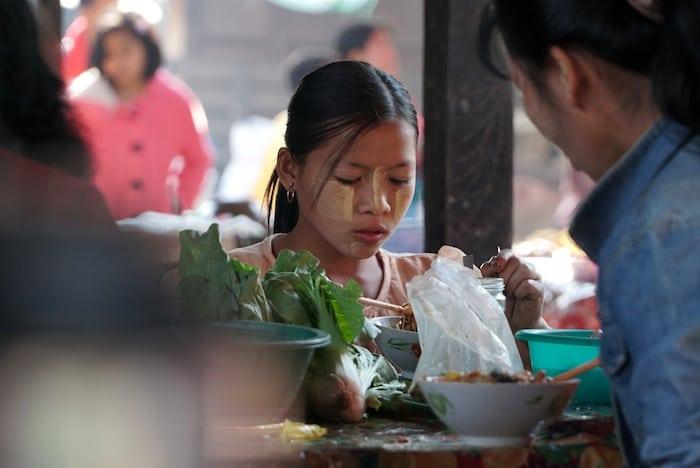 Thanakha sulle guance di una ragazzina