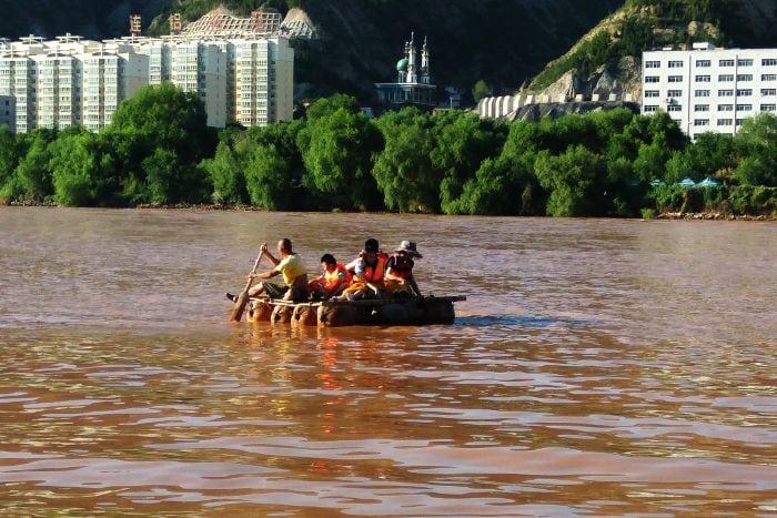 Turisti in barca lungo il Fiume Giallo