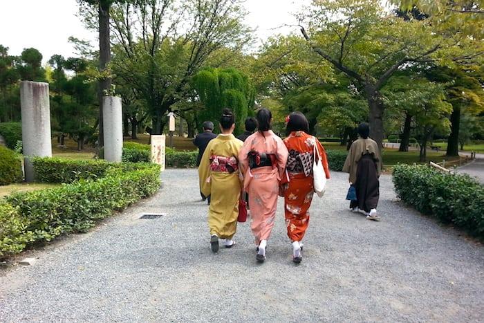 Signore in kimono a passeggio